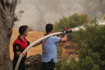 Belediye Ekipleri Yangını Söndürmek İçin Canla Başla Mücadele Ediyor