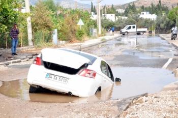 Su hattı patladı! Araçtakiler ölümle burun buruna geldi